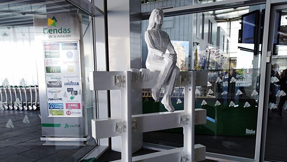 La escultura puede versa en la entrada de la estación Joaquín Sorolla.