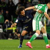 Marcelo pelea un balón ante Joaquín