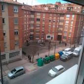 Efectivos de la Policía Nacional notifican en la calle Huesca de Logroño el aislamiento a afectados por coronavirus