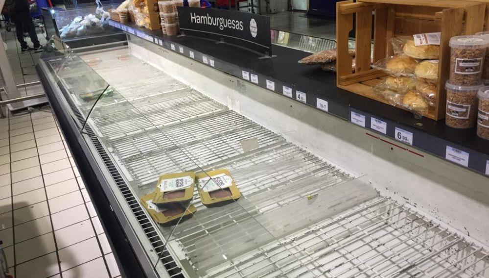 La zona de las carnes en un supermercado, vacía