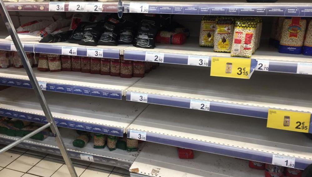 Algunas estanterías vacías en un supermercado
