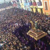 Abarrotada Plaza Mayor de Cuenca, en 2016, durante la llegada de Las Turbas en el 400 aniversario de la Procesión Camino del Calvario