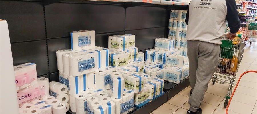 Varios clientes realizan la compra en un supermercado en Madrid