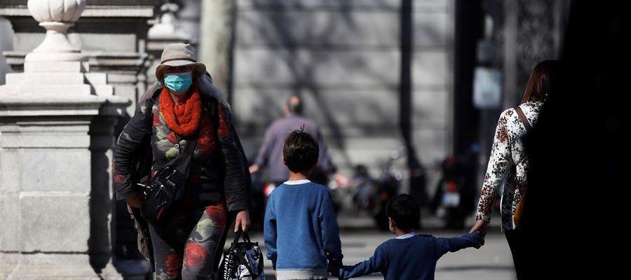 Un par de niños cruzan una calle en Madrid
