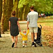 padre y madre con hijo