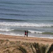 La Policía Local de Elche ha desalojado las playas del término municipal ilicitano, como es el caso de Los Arenales del Sol.