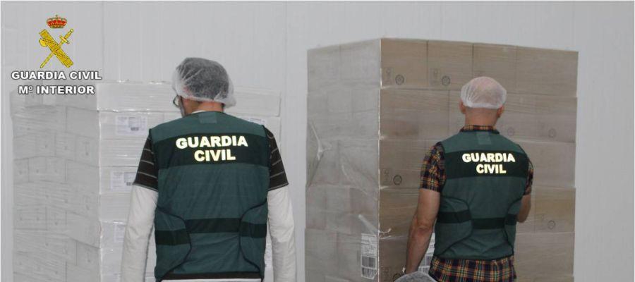 Agentes de la Guardia Civil con productos de la red desarticulada.