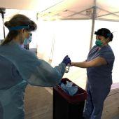 Dos enfermeras trabajan con mascarillas y equipo de protección ante el coronavirus.