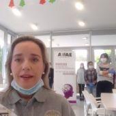 Celia Lastra, directora del Centro de Día de AFAE, y el equipo de profesionales y técnicos de la asociación en el vídeo de apoyo a las familias afectadas por el cierre temporada de la asociación por culpa del coronavirus.