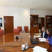 La presidenta de Baleares, Francina Armengol, durante una videoconferencia con responsables de puertos y aeropuertos.