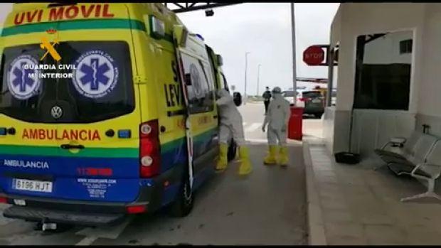 La Guardia Civil posibilita el embarque de una mujer con coronavirus en un avión medicalizado con destino a Ámsterdam