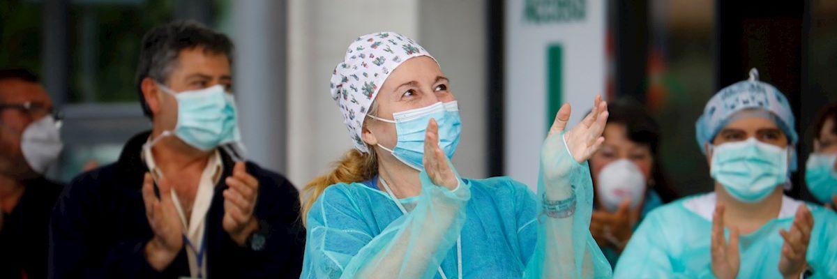 Homenaje al personal sanitario de un hospital español