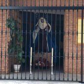 La imagen de la Virgen de la Salud, a la entrada de la Iglesia de los Ángeles