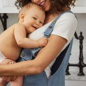 Padres abrazan su bebe