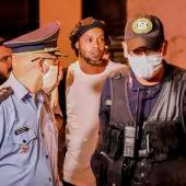 Ronaldinho abandonando la cárcel