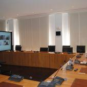 Imatge de una reunió telemàtica en el saló de plens.