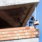 Un obrero trabaja en la construcción de una vivienda