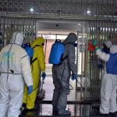 Miembros de Geacam desinfectando un centro de salud de Ciudad Reral