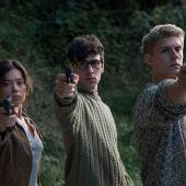 Anna Castillo, Àlex Monner y Patrick Criado en una imagen promocional de la serie 'La línea invisible'