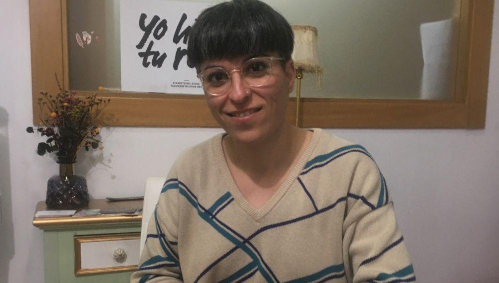 Pilar Bermúdez Nieto, en el taller de confección donde realiza la producción de su marca en Elche.