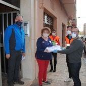 Un grup de 60 voluntaris ha començat a repartir  les 12.000 mascaretes que ha rebut la ciutat del govern central.