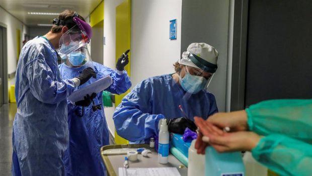 Personal sanitario, durante su jornada de trabajo en una planta del Hospital Puerta de Hierro.