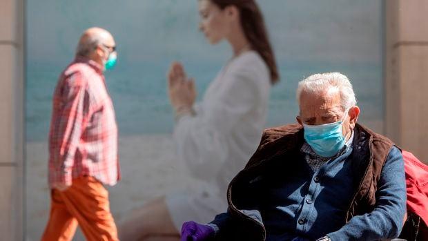 Los mayores cumplen con el uso obligatorio de mascarillas