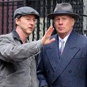 Edward Norton conversa con Bruce Willis en el set de rodaje de 'Huérfanos de Brooklyn'