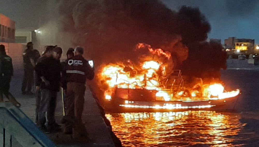 Barco ardiendo Isla Cristina