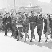 Ciudadanos de Londres celebrando el Día de la Victoria