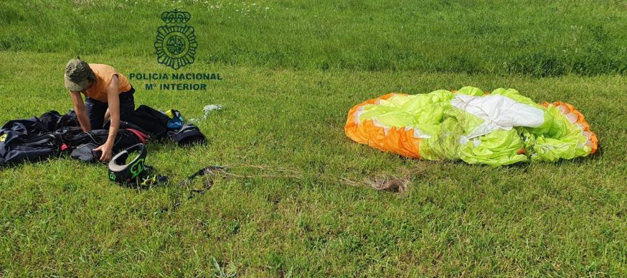 Imagen facilitada por la Policía Nacional del hombre multado por saltarse el confinamiento para sobrevolar Oviedo en parapente