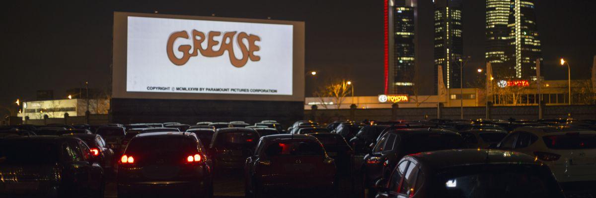Imagen nocturna del Autocine Madrid RACE, en la capital de España, durante una proyección de 'Grease'