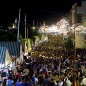 Imagen nocturna de la Velá de Santiago y Santa Ana en el barrio de Triana