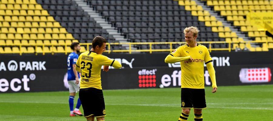Thorgan Hazard celebra uno de sus goles con Julian Brandt.