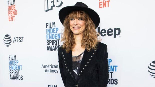 La directora Lynn Shelton posa en una alfombra roja de los Independent Spirit Awards