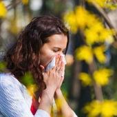 Una mujer con un pañuelo por la alergia