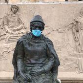 Monumento de Jorge Manrique con mascarilla en Paredes de Nava (Palencia)