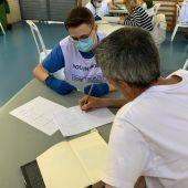 Un voluntario y un usuario en el taller de escritura