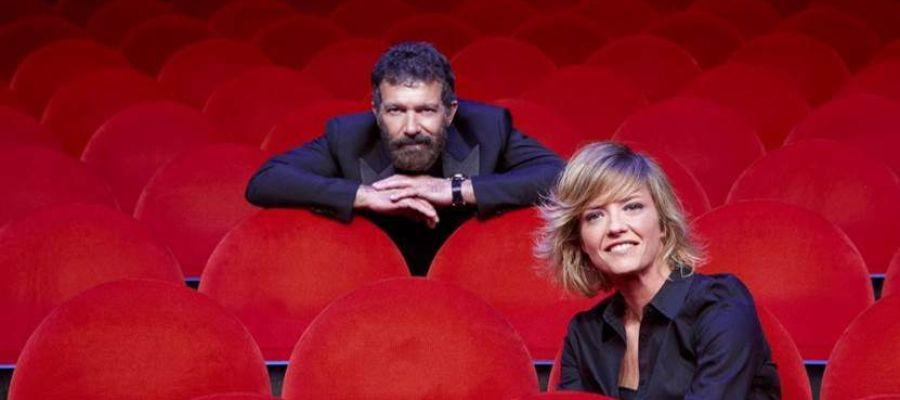 El actor Antonio Banderas y la periodista María Casado, en el patio de butacas del Teatro del Soho
