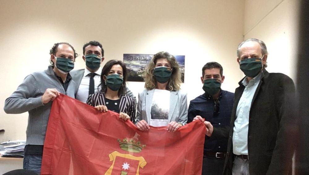 Los concejales del PP con las mascarillas cosidas por el grupo solidario de Valverde de Júcar