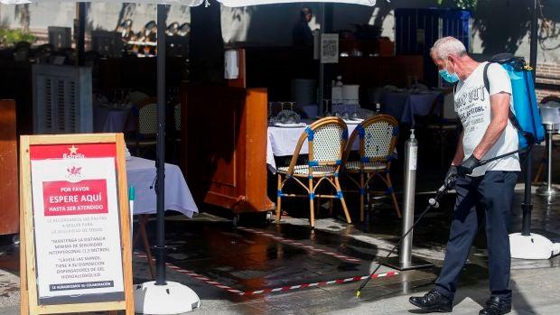 El dilema: ¿Debe el dueño de un bar abroncar a sus clientes si se saltan las medidas de seguridad?