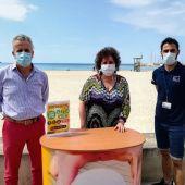 Un informador en Playa de Palma posa junto a la regidora de Turismo, Elena Navarro, y el gerente de Palma 365, Pedro Homar.