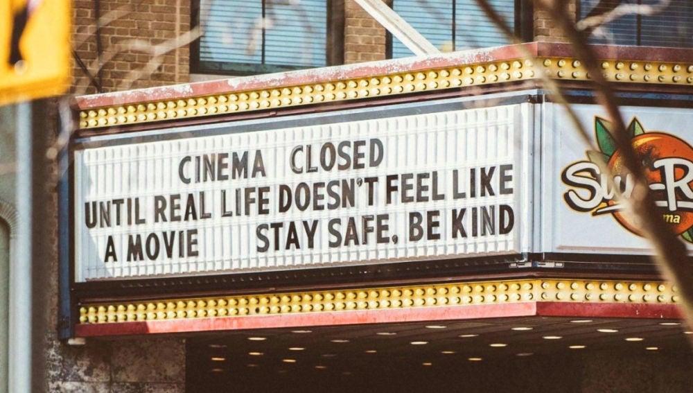 Detalle de la marquesina de un cine cerrado en Jacksonville, Florida