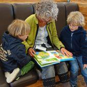 Una abuela con sus nietos