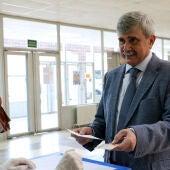 García Marín emitiendo el voto en las elecciones de 2020