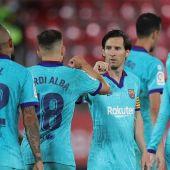 Leo Messi celebra uno de los tantos con Jordi Alba y Arturo Vidal