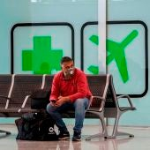 Viajeros pasean por la terminal casi vacía del Aeropuerto de Son San Joan de Palma