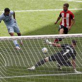 Diego Costa dispara ante el portero del Athletic, Unai Simón