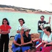 Virginia Pérez Buendía (detrás de una mujer con vestido azul) junto a unos familiares en el pantano de Alarcón en 1981