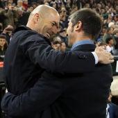 Zinedine Zidane y Albert Celades, se saludan en Mestalla.